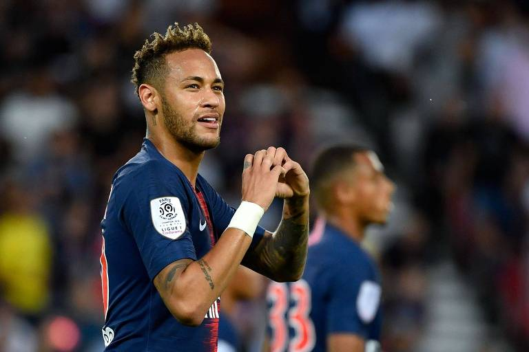 Neymar comemora gol durante jogo do Paris Saint-Germain
