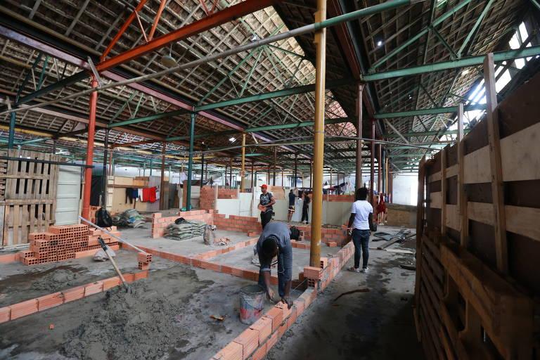 Antiga fábrica de tecidos e casa noturna na rua da Mooca, na zona leste de SP, que se transformou em uma ocupação de sem-tetos; no local, imigrantes haitianos constroem em alvenaria, em toda a área do primeiro andar de um dos prédios