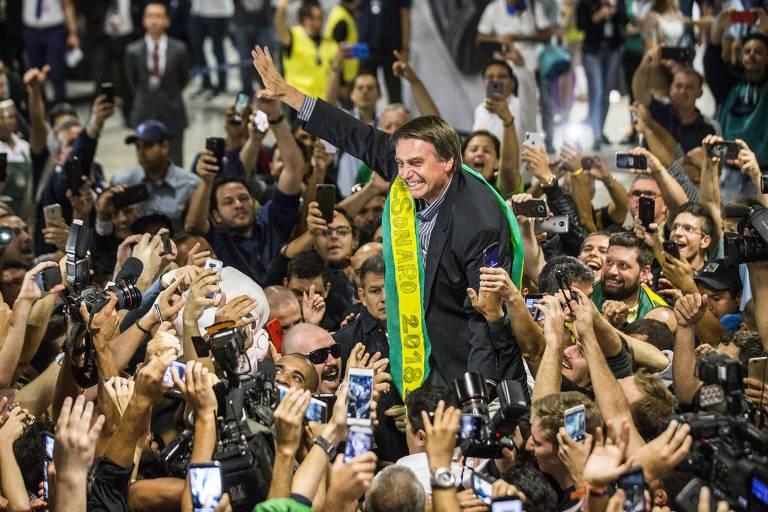 O pré-candidato a Presidência da República, Jair Bolsonaro, é recepcionado por militantes no aeroporto internacional Afonso Pena, em Curitiba