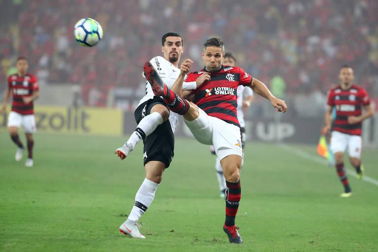 Fagner e Diego disputam a bola no duelo de ida das semifinais da Copa do Brasil