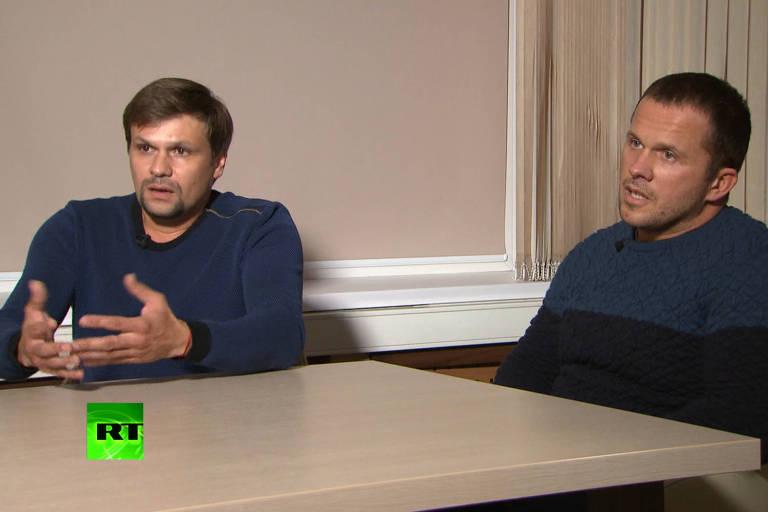 Frame de vídeo do canal estatal russo RT mostra Ruslan Boshirov (esq.) e Alexander Petrov dando entrevista a respeito das suspeitas de que teriam envenenado ex-espião na Inglaterra