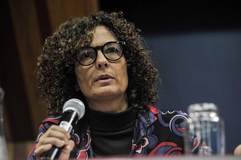 A Ombudsman da Folha, Paula Cesarino Costa, palestrando