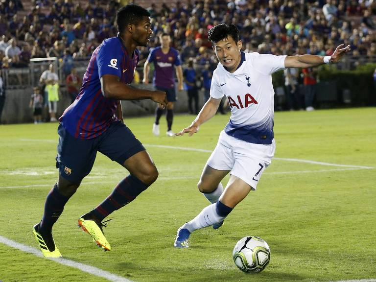 Son Heung-Min (à dir.) durante amistoso de pré-temporada contra o Barcelona
