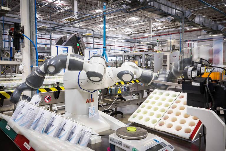 Robô da fabricante Suíça ABB em ação na fabrica da Unilever