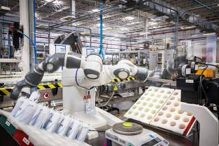 Especial industria 4.0:  Robo (chamado de YOUMI) da fabricante Suica ABB  em acao -na fabrica da Unilever - no setor da linha de desodorantes  durante inspecao no controle de qualidade . Com sensores, consegue avaliar as dimensoes do desodorante, como padronizacao da lata, peso e pressao, e gerar relatorios para melhora no processo.