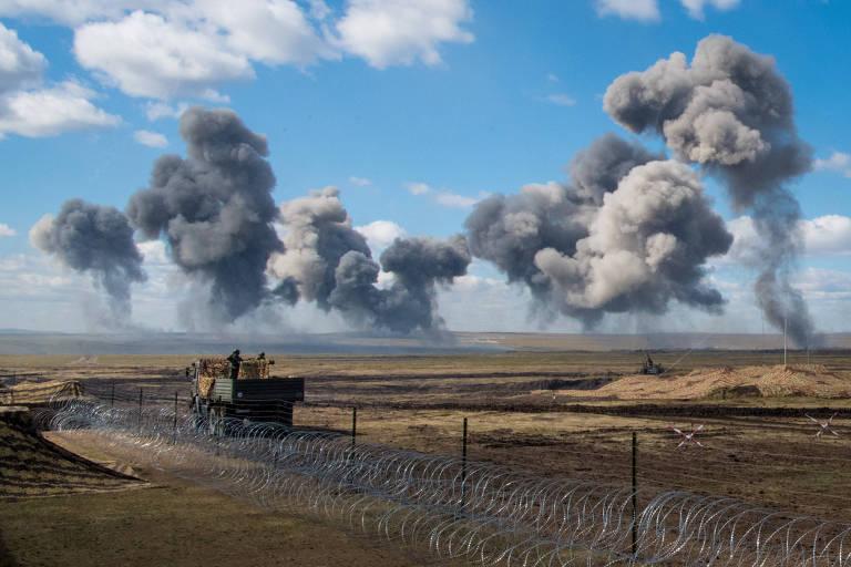 Explosões durante treinamento com tiro real em Tsogul, perto da fronteira russo-chinesa