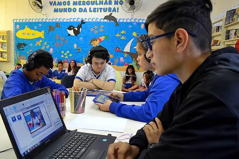 Aluno com deficiência acompanhados por professores e estagiários na sala de leitura da escola em Itanhaém, no litoral sul de SP Crédito: Josy Inácio/Divulgação/Prefeitura de Itanhaém