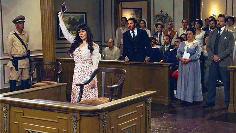 Susana  (Alessandra Negrini) leva provas da inocência de Brandão (Malvino Salvador) para o tribunal. Ela interrompe o julgamento para apresentar fotos que provam a culpa de Xavier