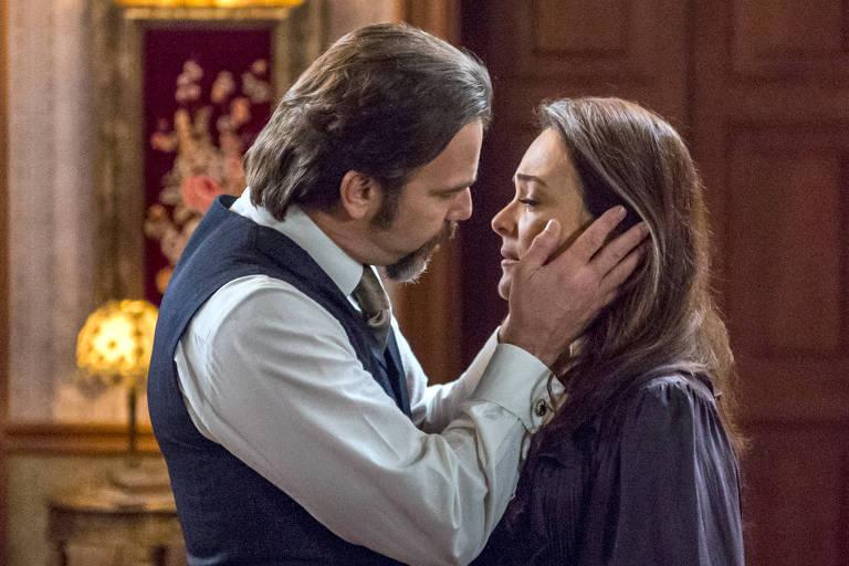 Aurélio (Marcelo Faria) pede a mão de Julieta (Gabriela Duarte) em casamento