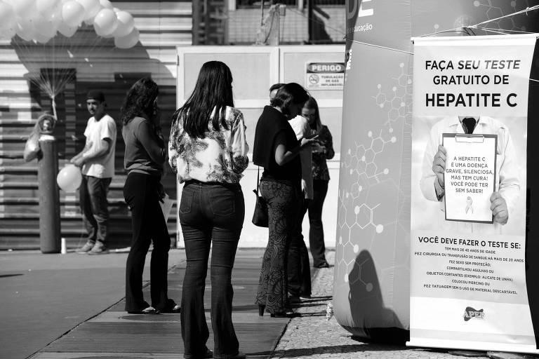 Ponto de orientação sobre a hepatite C, na avenida Paulista, no centro de São Paulo