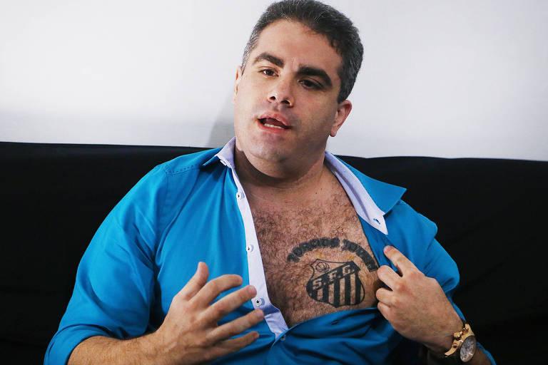 Então candidato a presidente do Santos em 2014, Orlando Rollo exibe tatuagem da Torcida Jovem