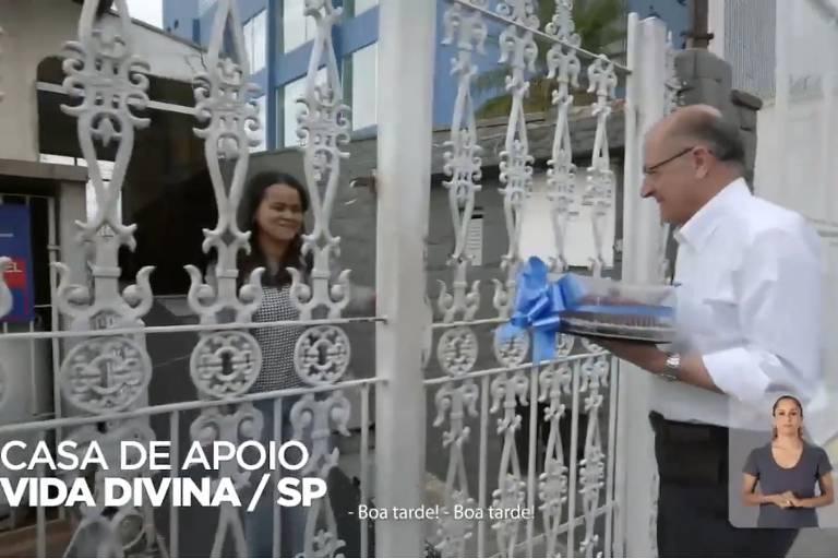Em propaganda eleitoral, Geraldo Alckmin (PSDB) leva a ela um bolo de açaí para menina diagnosticada com câncer