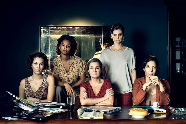Da esq. para a dir.: Maria José (Hermila Guedes), Daiane (Jéssica Ellen), Stela (Adriana Esteves), Eugênia (Paula Possani) e Vera (Fernanda D' Umbra)