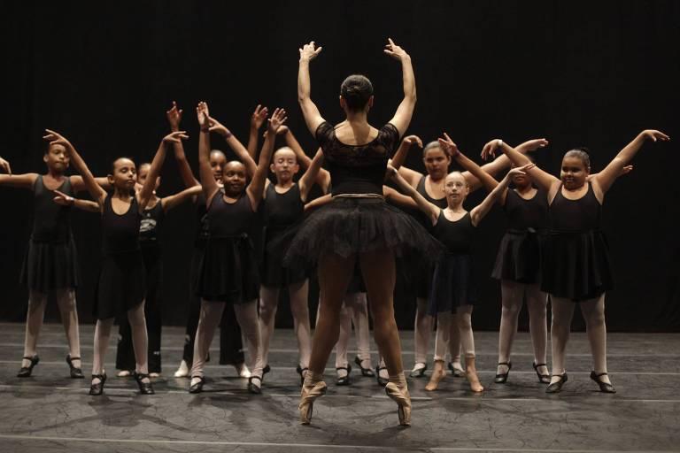 A dançarina brasileira Roberta Marquez do The Royal Ballet durante aula com estudantes de dança, no Teatro Municipal do Rio de Janeiro