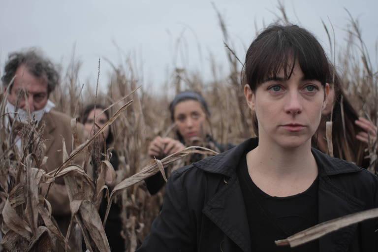 mulheres e homem amordaçado em meio a trigo