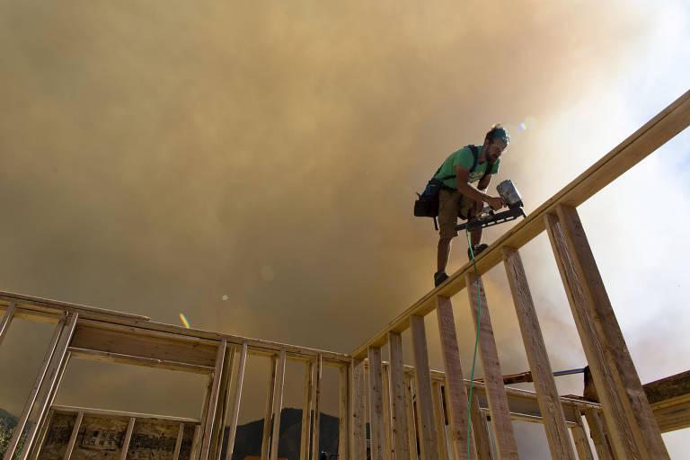 Homem trabalha em casa durante incêndio florestal em Utah, nos EUA