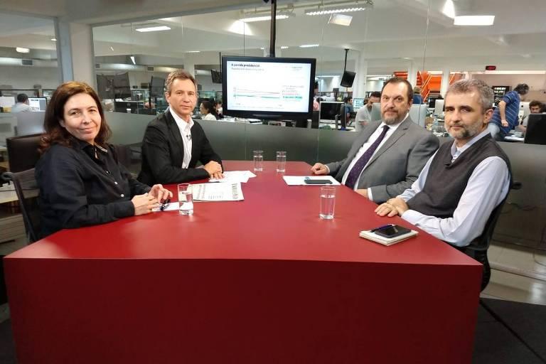Mônica Bergamo, Fernando Canzian, Mauro Paulino e Ricardo Balthazar estão sentados no estúdio da TV Folha