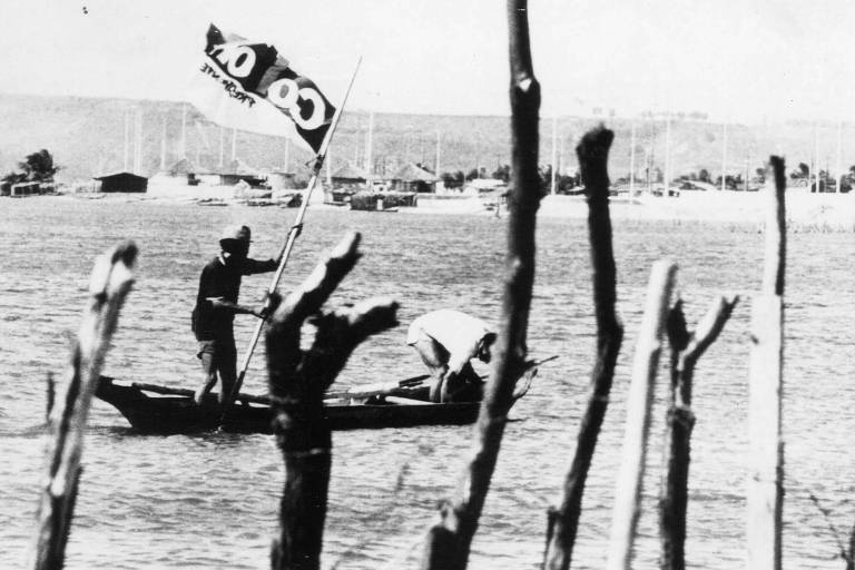 Pescadores com bandeira de Collor em Maceió (AL)