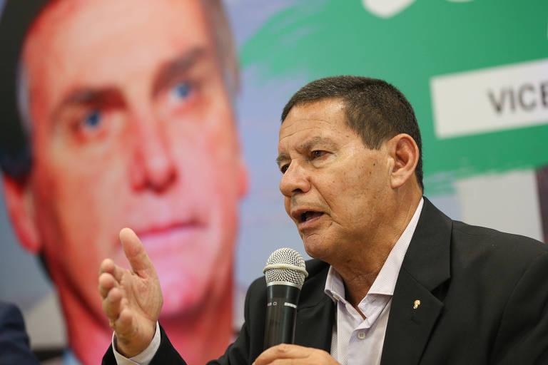 General Hamilton Mourão (PRTB), candidato a vice-presidente na chapa de Jair Bolsonaro (PSL), concede entrevista para imprensa após participar de um encontro em Manaus com empresários e apoiadores da campanha