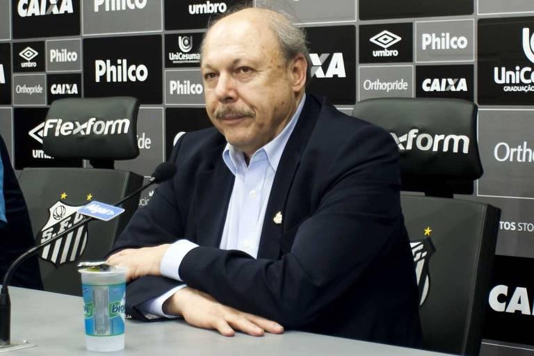 Jose Carlos Peres espera início de entrevista no Centro de Treinamento do Santos
