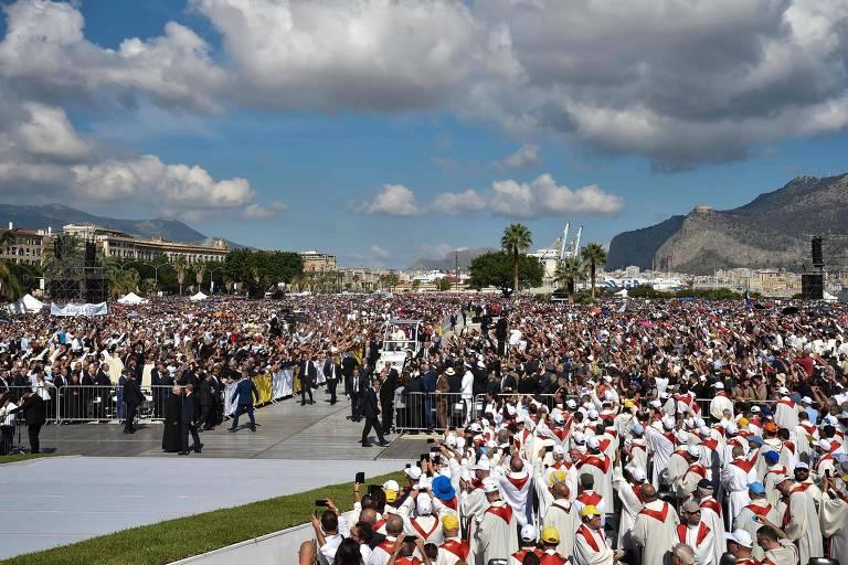 O papa Francisco chega para celebrar missa em Palermo, na Itália