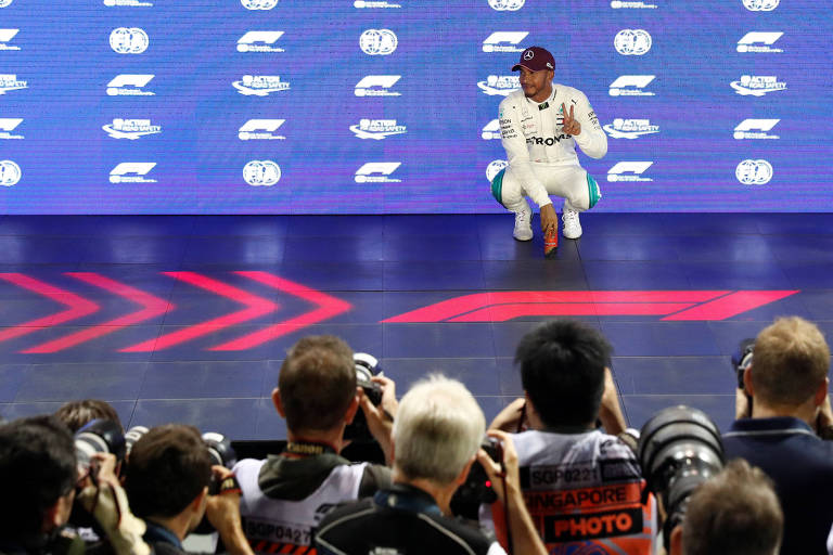 Lewis Hamilton larga na pole em Singapura