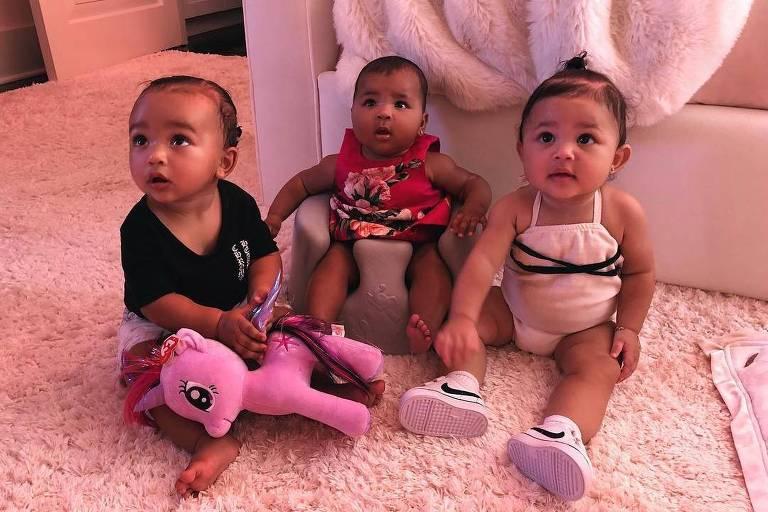 Filha de Kim, Chi West (à esq.), ao lado das primas True (ao centro) e Stormi (à dir.)