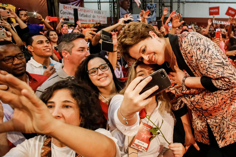 Dilma Rousseff posa para selfie em celular de uma apoiadora na Convenção Estadual do PT de Minas Gerais que oficializa sua candidatura ao Senado nas eleições de 2018