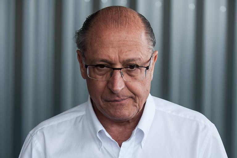 Geraldo Alckmin de olhar fixo e expressão preocupada se prepara para entrevista coletiva, em Betim (MG).