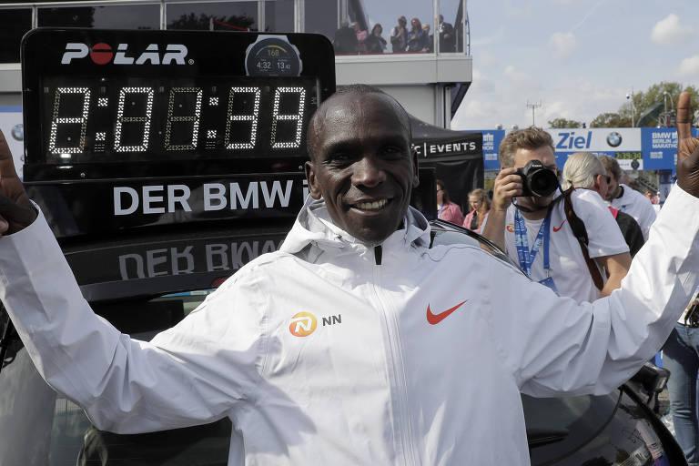 Eliud Kipchoge celebra após vencer a Maratona de Berlim e estabelecer no recorde mundial da distância