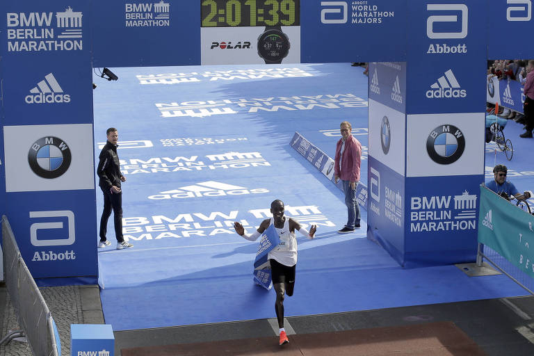 Eliud Kipchoge cruza a linha de chegada da Maratona de Berlim