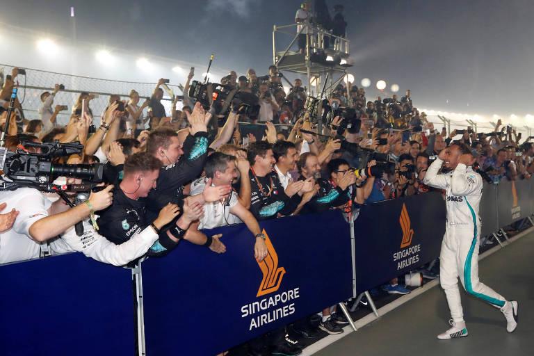 O piloto Lewis Hamilton comemora a vitória na corrida de Singapura