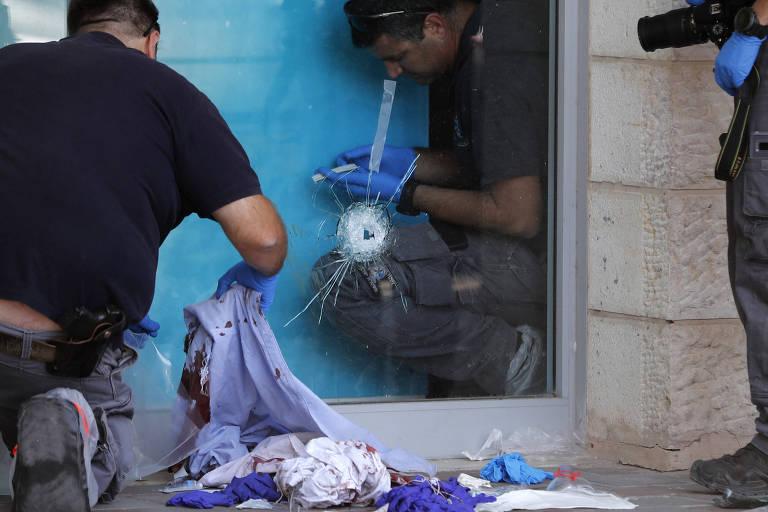 Policiais examinam local em que israelense foi morto por palestino na entrada de um shopping na Cisjordânia