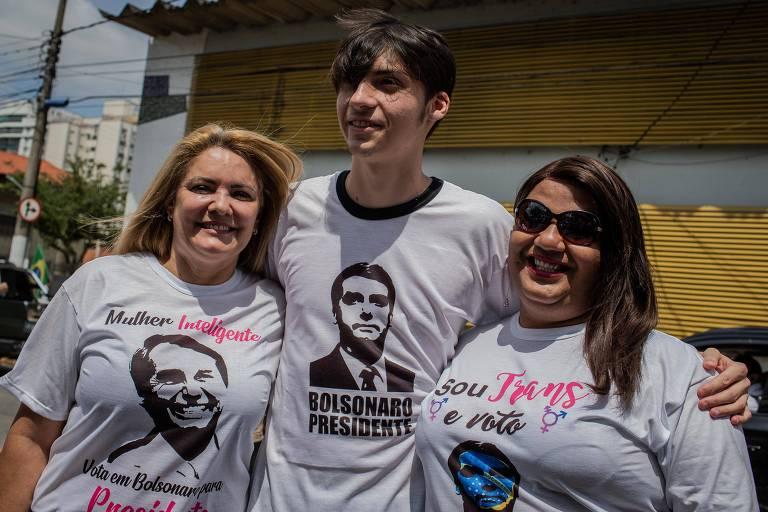 A ex-mulher do candidato do PSL a presidência da república, Jair Bolsonaro, Ana Cristina Valle, com o filho Jair Renan Bolsonaro e a trans Vyvian Melo, após ato pró-Bolsonaro, nas ruas de Resende, interior do RJ