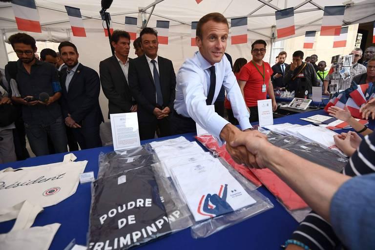 O presidente da França, Emmanuel Macron, aperta a mão de visitante da Feira do Patrimônio