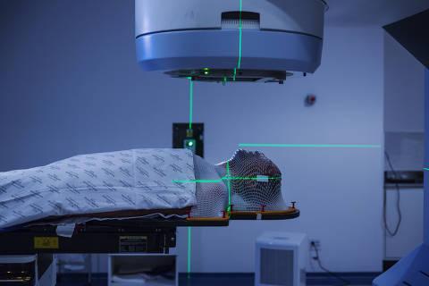 SÃO PAULO, SP. 03/08/2018. Paciente com câncer faz sessão de radioterapia no Hospital Heliópolis em São Paulo. ( Foto: Lalo de Almeida/ Folhapress ) ESPECIAL SAUDE ***EXCLUSIVO FOLHA***