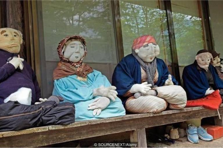 Ayano-san se tornou uma espécie de celebridade, com pessoas de todo o mundo viajando para sua aldeia para ver seus espantalhos