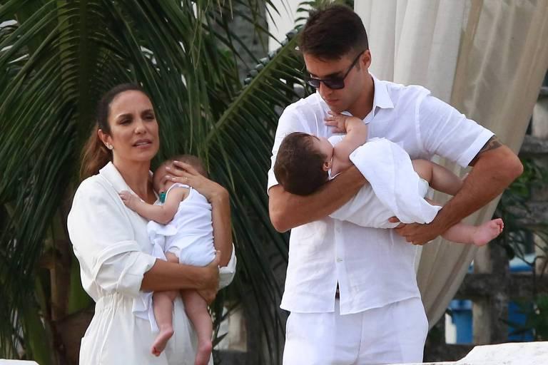Ivete Sangalo faz batizados das filhas gêmeas em Salvador