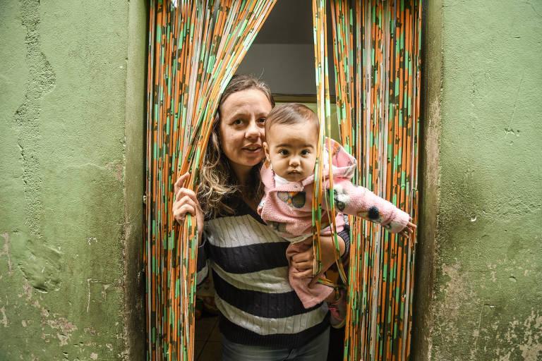 A eleitora Fabiana da Costa, 39, que está desempregada e vai votar nulo nestas eleições, com a filha Maria, 10 meses