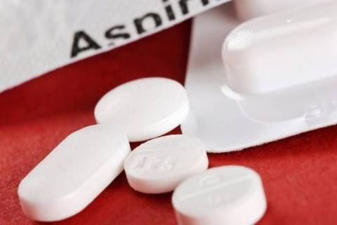 A pesquisa mostra que tomar aspirina diariamente aumenta o risco de hemorragia em pessoas saudáveis