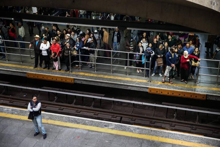 Movimentação de passageiros na estação Sé (linha 3-vermelha) após falha em trem