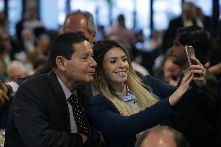 General Mourão, o vice do Bolsonaro, tem uma foto tirada por participante do debate no Secovi-SP