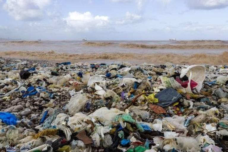 Plástico em meio à natureza