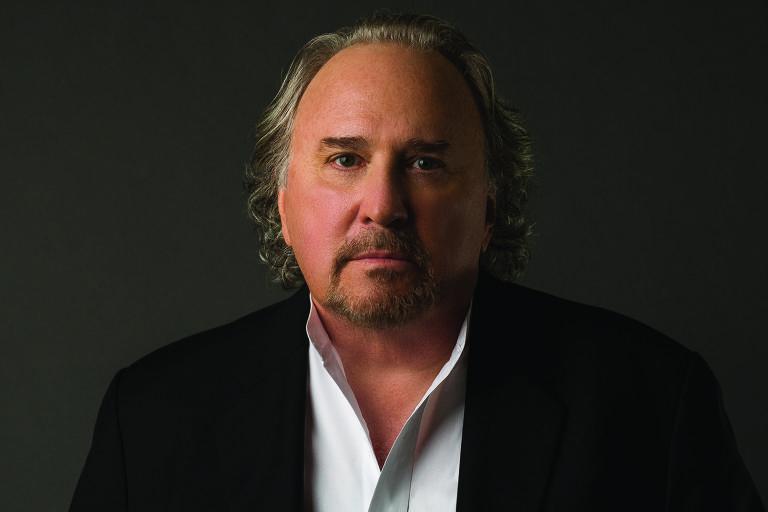 O escritor e jornalista Bruce Henderson