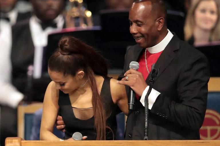 Pastor Charles Ellis abraça Ariana Grande durante homenagem a Aretha Franklin