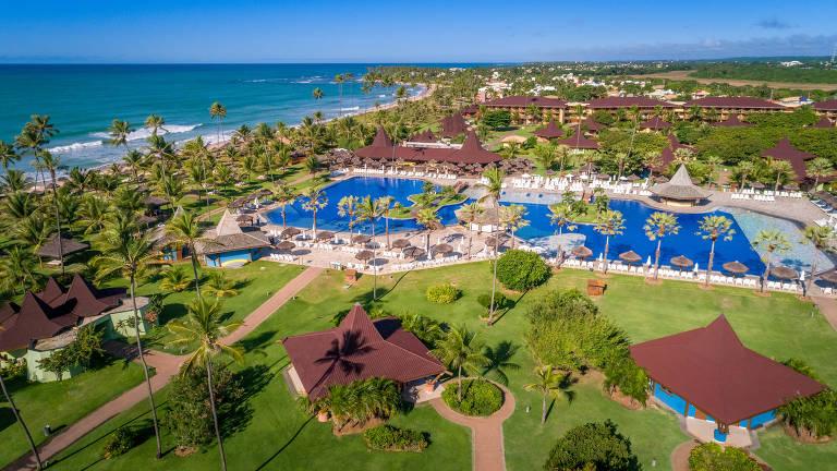 Vista aérea do Vila Galé Marés Resort, no litoral baiano, com bangalôs, a piscina e o mar à esquerda