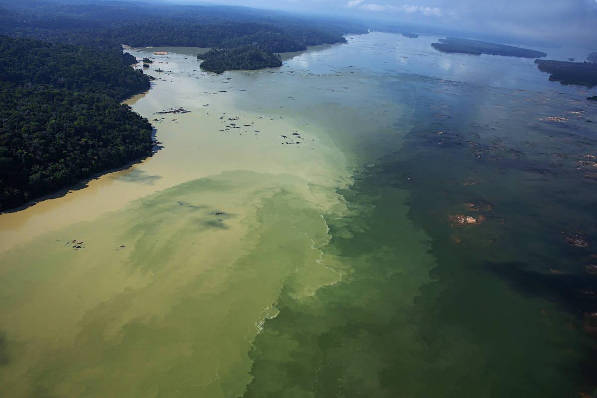 Confluências das águas poluídas pelo garimpo dos rios Rato e Tapajós