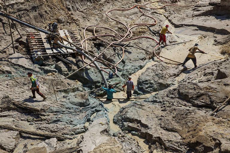 Homens trabalham em garimpo no rio Rato, afluente do rio Tapajós