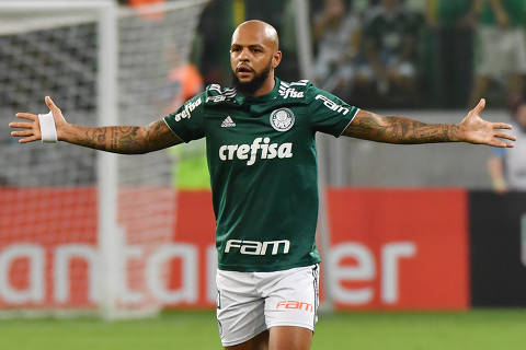 Felipe Melo of Brazil's Palmeiras gestures after being shown the red card by Argentine referee German Delfino (out of frame) during a 2018 Copa Libertadores football match against Paraguay's Cerro Porteno at Allianz Parque stadium, in Sao Paulo, Brazil, on August 30, 2018. (Photo by NELSON ALMEIDA / AFP) ORG XMIT: NAL002