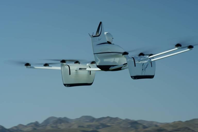 Modelo de carro voador em pleno voo
